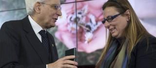 Il Presidente Sergio Mattarella consegna l'onorificenza di Cavaliere dell'OMRI ad Anna Ducato,