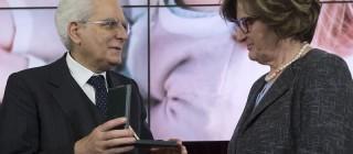 Il Presidente Sergio Mattarella consegna l'onorificenza di Commendatore dell'OMRI a Nadia Pinardi