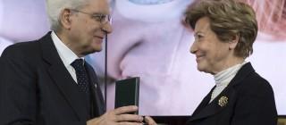 Il Presidente Sergio Mattarella consegna l'onorificenza di Commendatore dell'OMRI a Claudia Sorlini